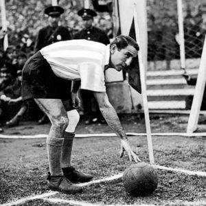 Enrique García en la Selección Argentina. El Chueco jugó 35 partidos con la Celeste y Blanca marcando 9 goles. Fue campeón en los torneos sudamericanos de 1937 (Argentina) y 1941 (Chile).