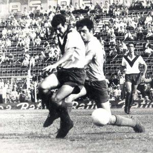Mario Nogara marcado por Alfio Basile, detrás se asoma Omar Wehbe.Esa tarde Vélez Sarsfield derrotó 4 a 2 al Racing Club de Avellaneda en la cancha de San Lorenzo de Almagro y se consagró campeón Nacional de la AFA en 1968.  Compartido por Rolando Paolucci