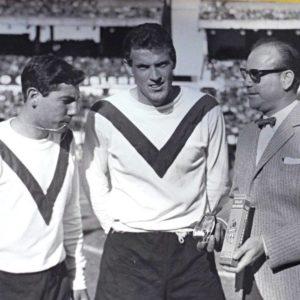 Los jugadores del Club Atlético Vélez Sarsfield reciben una distinción de la firma comercial Legión Extranjera. La imagen circa 1961.  Compartido por Rolando Paolucci