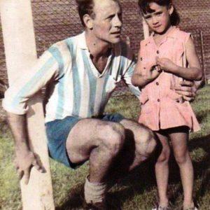 Federico Saccchi, jugador del Racing Club y la mascota Alicia Canosa en campo de juego del Cilindro de Avellaneda. La imagen circa 1961.  Compartido por Rolando Paolucci