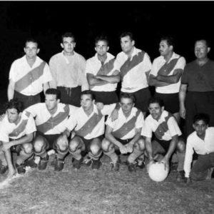 Formación del Club Atlético River Plate en un partido amistoso nocturno de 1957.