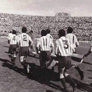 """Racing Club vs. Celtic Football Club de Glasgow (Escocia) la final de la copa Intercontinental en 1967. Fue victoria de la Academia 1 a 0 con gol de Juan Carlos """"Chango"""" Cárdenas.En la imagen se destacan en primer plano; Nelson Chabay (3) y Juan Carlos Rulli (5), siguen Norberto Raffo (11), Mario Cejas (1), Roberto Perfumo (2), Humberto Maschio (8) y el capitán Oscar Martín (4).  Compartido por Rolando Paolucci"""