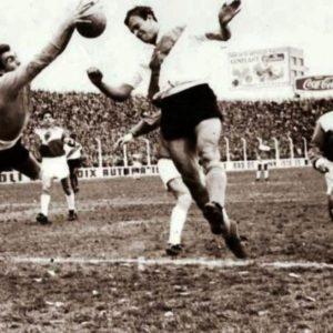 El arquero Osmar Abel Miguelucci de Argentinos Juniors detiene la pelota que intenta cabecear el delantero Alfredo Hugo Rojas la tarde de su debut en River Plate.