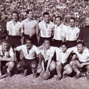 Campeonato de primera división de la AFA en 1952 Giménez, Balay, Favalli, Dellacha, García Pérez, Gutiérrez y el técnico Guillermo Stábile (par.) Boyé, Méndez, Blanco, Cupo y Gagliardo (hin.).  Compartido por Rolando Paolucci