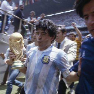 Diego Armando Maradona saliendo del estadio Azteca con la copa del mundo en México 1986, a su lado Raúl Héctor Gamez.