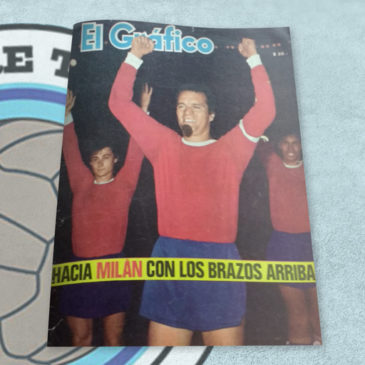 Revista El Gráfico 2345 Independiente hacia Milán con los brazos arriba
